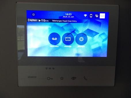 """Ecran 7"""" de vidéophone avec transfert des appels sur le smartphone."""