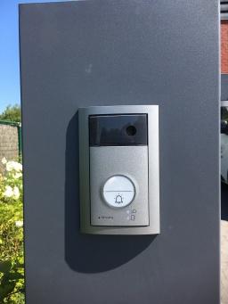 Vidéophone encastré dans un pilastre de portail à Mouscron.